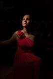 Dama w czerwieni w ciemnym pokoju Zdjęcia Royalty Free