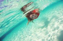 Dama w czerwonym pływanie sukni wody morza pikowaniu Zdjęcia Stock
