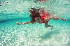 Dama w czerwonym pływanie sukni wody morza pikowaniu Obrazy Stock