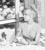 Dama w klasyk sukni trzyma filiżankę kawy obraz royalty free