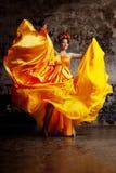 Dama w latającej jedwab sukni obrazy royalty free