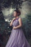 Dama w luksusowej luksusowej purpury sukni obrazy royalty free