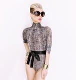 Dama w modnym swimsuit i akcesoriach Węża druku trend Obrazy Royalty Free
