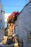 Dama w wąskich ulicach Grecka wyspa zdjęcia royalty free
