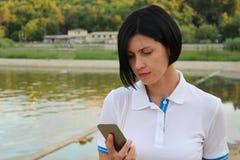 Dama wybiera numer liczbę na smartphone Zdjęcie Stock