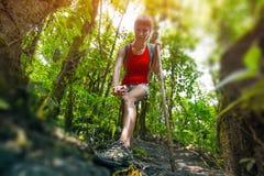 Dama wycieczkowicz w lesie zdjęcie stock