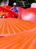 Dama wykonuje ręcznie Tajlandia Borsang Tradycyjnego parasol w Chiang Mai Zdjęcia Royalty Free
