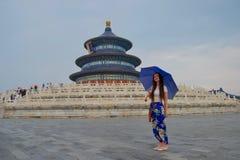 Dama z błękitnymi spodniami i błękitnym parasolem przed Błękitną świątynią niebo, Chiny zdjęcie stock