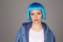 Dama z błękitny włosy i żakieta pozować z bliska Szary tło Obraz Royalty Free