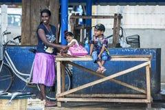 Dama z jej dziećmi przy Negombo rybim rynkiem w Negombo, Sri Lanka Zdjęcia Stock