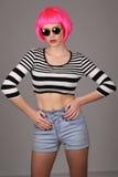 Dama z okregów okularami przeciwsłonecznymi i różowym włosy z bliska Szary tło Obraz Royalty Free
