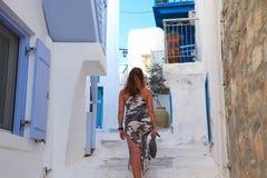 Dama z tylnym obracającym odprowadzeniem w Greckiej wyspie obrazy royalty free
