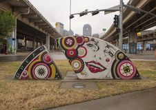 Dama z uśmiechem w sztuka parku, Głęboki Ellum, Dallas, Teksas Obraz Stock