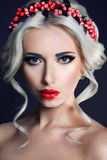 Dama z wiankiem czerwone jagody fotografia royalty free