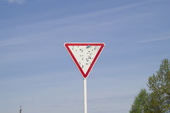 Damaged road sign & x22;give way& x22; Stock Photography