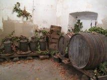 Damajuanas y barriles durante la cosecha de la uva Imágenes de archivo libres de regalías