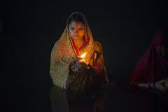 Damanseende i flodvatten på chhatpujaen Fotografering för Bildbyråer
