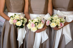 Damas de honra com flores Fotografia de Stock