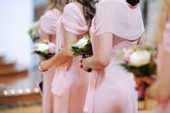 Damas de honra com ramalhetes Fotos de Stock Royalty Free