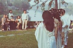 Damas de honra da felicidade nos vestidos tailandeses que esperam o tempo importante imagem de stock royalty free