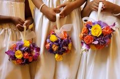 Damas de honra que prendem seus ramalhetes Imagens de Stock Royalty Free