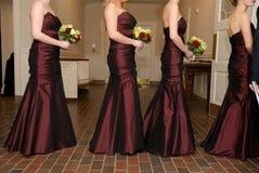 Damas de honra que prendem seus ramalhetes do casamento imagens de stock