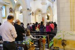 DAMAS, SYRIE - 16 NOVEMBRE 2010 : Les gens dans la cathédrale de Mariamite de Damas L'église est l'une des églises orthodoxes gre Image libre de droits