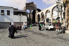 DAMASCO, SIRIA - 16 DE NOVIEMBRE DE 2012: Vista de la entrada de Souq del al-Hamidiyah de la parte posterior de las ruinas de la  Fotografía de archivo
