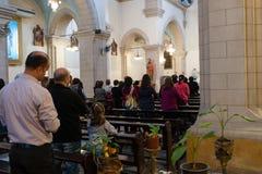 DAMASCUS, SYRIË - NOVEMBER 16, 2010: Mensen in Mariamite-Kathedraal van Damascus De kerk is één van oudste Griekse Orthodoxe kerk Royalty-vrije Stock Afbeeldingen