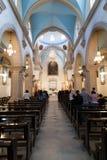 DAMASCUS SYRIEN - NOVEMBER 16, 2010: Folk i den Mariamite domkyrkan av Damascus Kyrkan är en av äldst grekiska ortodoxa kyrkor in Arkivfoton