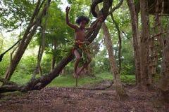 Dambana, Sri Lanka, 12 November, 2015: Inheemse jonge jongen, gelijkaardige Mowgli Stock Afbeeldingen