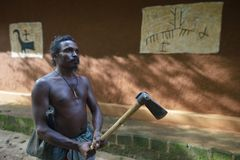 Dambana, Sri Lanka, 12 November, 2015: Inheemse strijder met bijl Royalty-vrije Stock Afbeeldingen