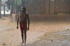Dambana, Sri Lanka, 12 November, 2015: Inheemse strijder met bijl op de regen Stock Foto's