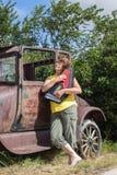 Dambenägenhet mot tappningbilen som spelar hennes harpa Arkivfoto