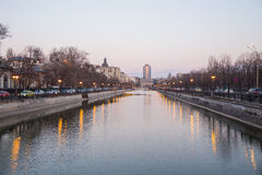 Dambovita flod i Bucharest Arkivfoton
