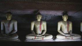 DAMBULLA, SRI LANKA - FEBRUAR 2014: Die Ansicht von drei sitzendes Buddhas am goldenen Tempel von Dambulla Der goldene Tempel von stock video