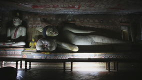 DAMBULLA, SRI LANKA - FEBRUAR 2014: Großer stützender Buddha am goldenen Tempel von Dambulla Der goldene Tempel von Dambulla ist  stock footage