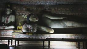 DAMBULLA, SRI LANKA - FEBRUAR 2014: Großer stützender Buddha am goldenen Tempel von Dambulla Der goldene Tempel von Dambulla ist  stock video footage
