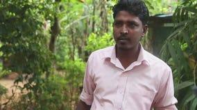 DAMBULLA, SRI LANKA - FEBRUAR 2014: Lokaler Führer, der medizinischen Nutzen von verschiedenen Kräutern im heilenden Garten nahe  stock video