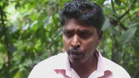 DAMBULLA, SRI LANKA - FEBRUAR 2014: Lokaler Führer, der medizinischen Nutzen von verschiedenen Kräutern im heilenden Garten nahe  stock footage