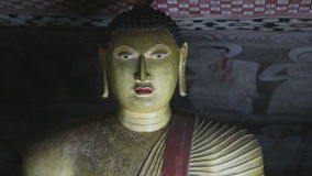DAMBULLA, SRI LANKA - FEBRUAR 2014: Schließen Sie herauf Ansicht des Sitzens von Buddha am goldenen Tempel von Dambulla Der golde stock video