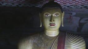 DAMBULLA, SRI LANKA - FEBRUAR 2014: Schließen Sie herauf Ansicht des Sitzens von Buddha am goldenen Tempel von Dambulla Der golde stock footage