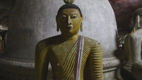 DAMBULLA, SRI LANKA - FEBRUAR 2014: Schließen Sie herauf Ansicht des Sitzens von Buddhas am goldenen Tempel von Dambulla Der gold stock video footage