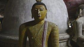 DAMBULLA, SRI LANKA - FEBRUAR 2014: Schließen Sie herauf Ansicht des Sitzens von Buddhas am goldenen Tempel von Dambulla Der gold stock footage