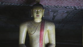 DAMBULLA, SRI LANKA - FEBRUAR 2014: Sitzender Buddha am goldenen Tempel von Dambulla Der goldene Tempel von Dambulla ist eine Wel stock video footage