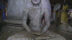 DAMBULLA, SRI LANKA - FEBRUAR 2014: Sitzender Buddha am goldenen Tempel von Dambulla Der goldene Tempel von Dambulla ist eine Wel stock footage