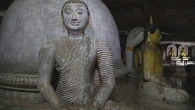 DAMBULLA, SRI LANKA - FEBRUAR 2014: Sitzendes Buddhas am goldenen Tempel von Dambulla Der goldene Tempel von Dambulla ist eine We stock video