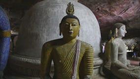 DAMBULLA, SRI LANKA - FEBRUAR 2014: Sitzendes Buddhas am goldenen Tempel von Dambulla Der goldene Tempel von Dambulla ist eine We stock video footage