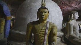 DAMBULLA, SRI LANKA - FEBRUAR 2014: Sitzendes Buddhas am goldenen Tempel von Dambulla Der goldene Tempel von Dambulla ist eine We stock footage