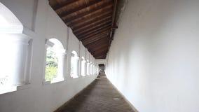 DAMBULLA, SRI LANKA - FEBRUAR 2014: Spurhaltung des Schusses der goldenen Tempelhalle von Dambulla, eine Welterbestätte in Sri La stock video